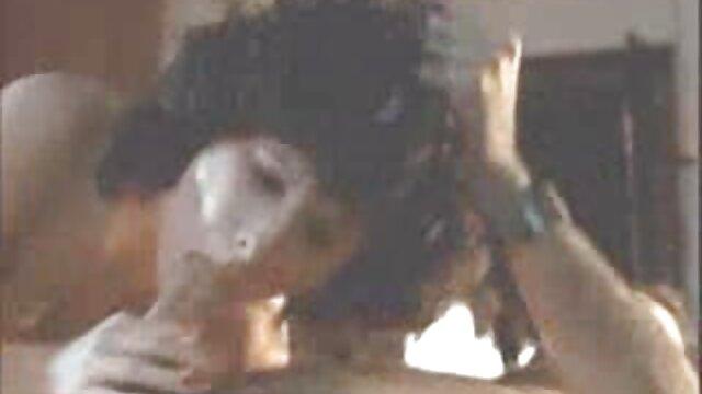 MILF عجیب جولیا آن دانلودفیلم سوپرافغانی با نوک سینه هایش بازی می کند