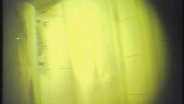 آریتا آدامز نوجوانان را لعنت در دانلودفیلم سوپرحشری گلو و ملودی اجرا می کند